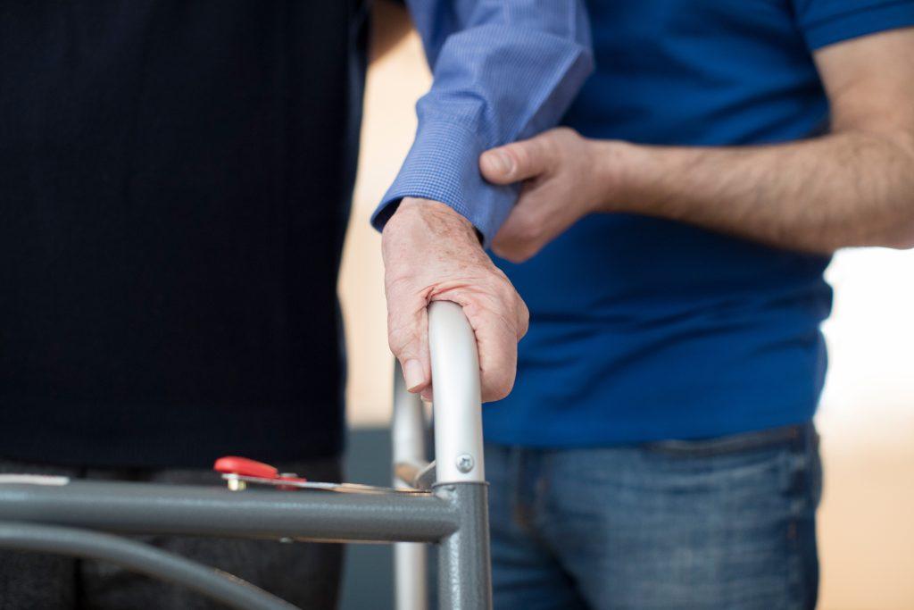 Ergothérapeute aidant un senior