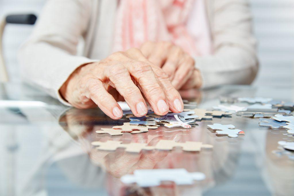 Senior qui fait un puzzle
