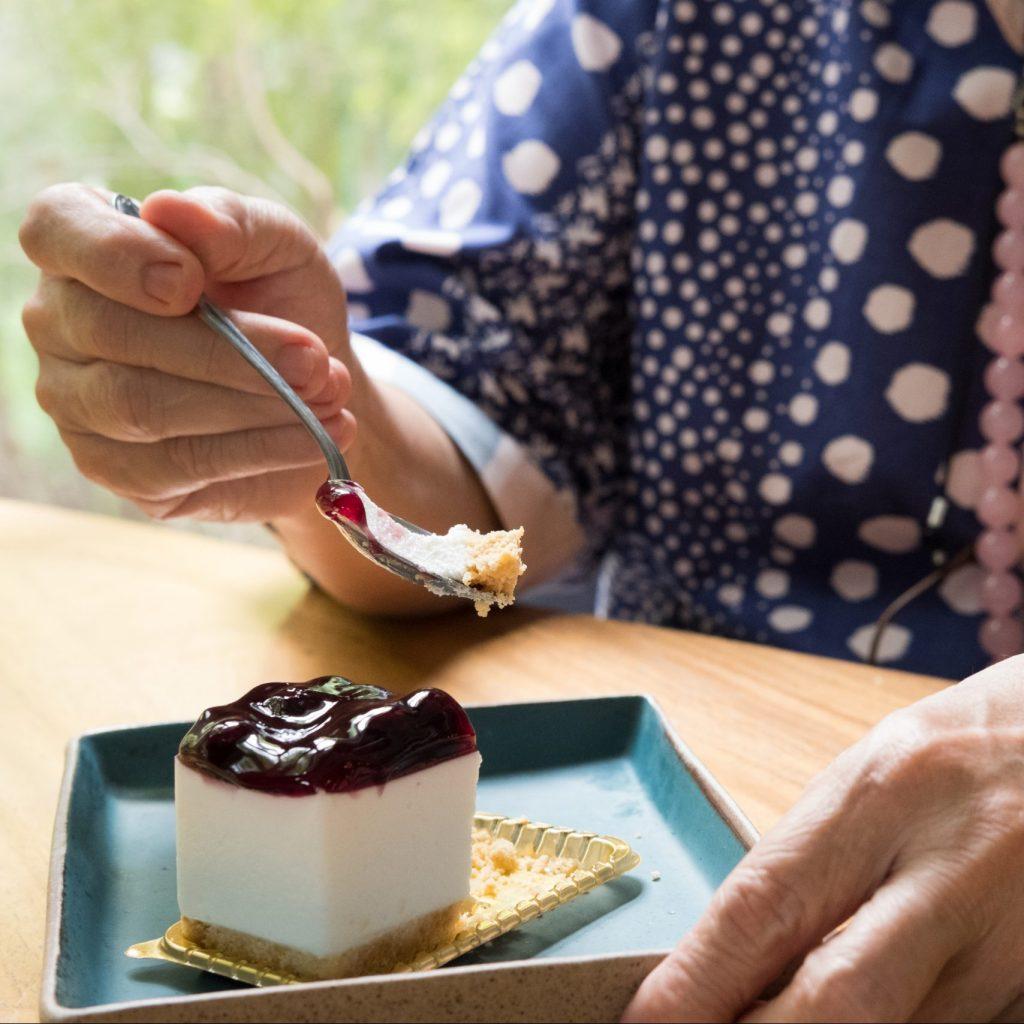 Senior qui mange un dessert